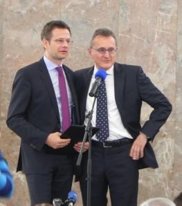 Michael Gotthelf übergibt Florian Illies die Urkunde