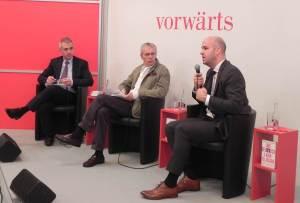 Obligatorisch: Oberbürgermeister Peter Feldmann beim Vorwärts Verlag