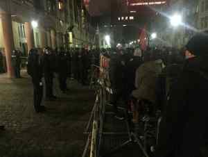 Vor dem Saalbau Gutleut werden die Besucher der AFD- Wahlkampfveranstaltung am 20.1.2016 von Gegendemonstranten erwartet. (Foto: R. Köster)